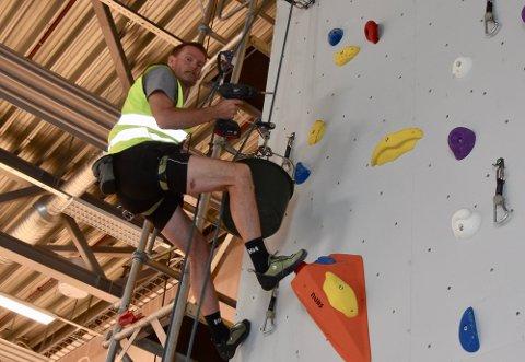 Tore Rendahl monterer klatrerute i den nye klatreveggen i Superparken.