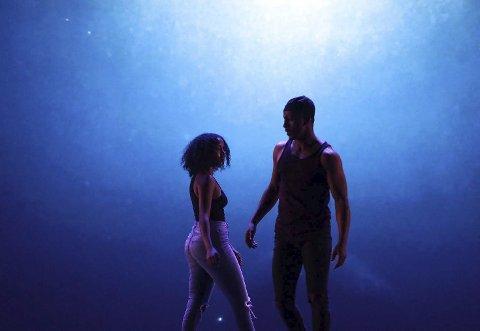 VISUELT: Danserne Miko og Abir jobbet sammen for å skape en dynamisk forestilling for publikum som skapte en minneverdig opplevelse og dro publikum inn i sin verden.