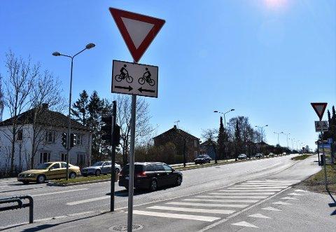 VARSLER OM SYKLISTER: Skiltet under vikepliktskiltet skal varsle om at her kan det komme syklister i begge retninger. Foto: Even Berthelsen