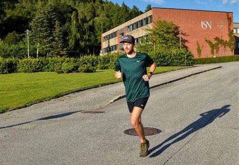ARRANGØR: Anco de Boer er opprinnelig fra Nederland, er USN-student og bosatt på Notodden. Nå er han arrangør av Koronamilen, som inviterer folk til å gå, løpe eller rulle for en god sak.