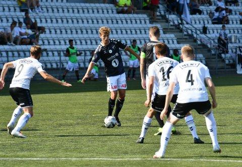LUKKET: Filip Rønningen Jørgensen og Odd sliter mot Eik. Til pause står det 0-0.