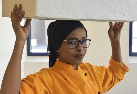 Bruker hodet: Afrikanske kvinner benytter ofte hodet når noe skal bæres. Nå vet ikke vi om eller når Layla benytter seg av denne teknikken. Men bruke hodet – det kan hun.