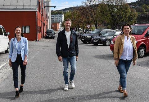 HJELPETELEFON: De etablerer en egen korona-hjelpetelefon for næringslivet i Notodden. Fra venstre Benedicte Storstein Sebjørnsen fra Notodden kommune, John Terje Veseth fra NAV og Tove Merethe Birkelund fra NAV.