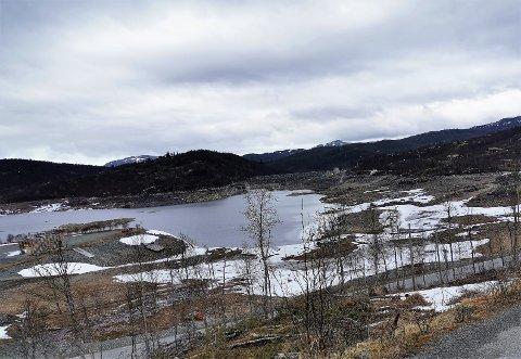 GOD PLASS: Det er god plass i Møsvatn ennå. Både regn og smeltevann skal i løpet av de kommende dagene bidra til å heve vannstanden.