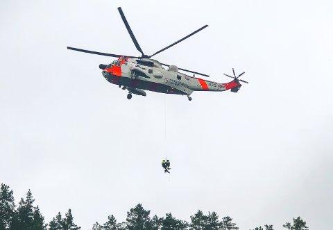 BARE ØVELSE: Redningshelikopteret som kretset over Notodden store deler av onsdagen. Her er det Hallgeir Jamtveit og Kjell Olav Fosse som øver under SeaKing-en.