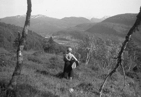 FOTOGRAF: Hans Hyldbakk hadde ofte kameraet sitt med seg på sine rundreiser, og med eit vakent blikk fotograferte hanlandskap, hus og folk på Nordmøre frå rundt 1940 og utover.