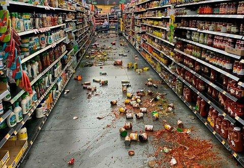 Fredagens jordskjelv skjedde kun én dag etter at California og nabostaten Nevada ble rammet av det kraftigste skjelvet i området på 20 år. Bildet viser mat som har falt fra hyllene i en Walmart-butikk i Yucca Yalley i California som følge av skjelvet.