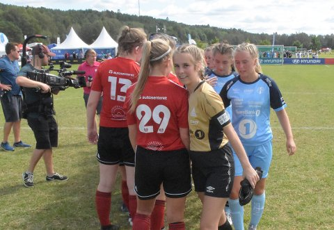 MED ET SMIL: Målvakt Emma Lyster på Kristiansund Fotball jenter 17 klarte å få fram et smil tross tap mot Malvik.