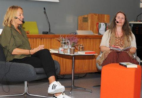 Den kritikerroste forfatteren Trude Marstein gledet seg til å bli intervjuet av litteraturformidler Merete Bratsberg Aae. Samtalen om boka ble sakte underholdning for de tretti i  kommunestyresalen.