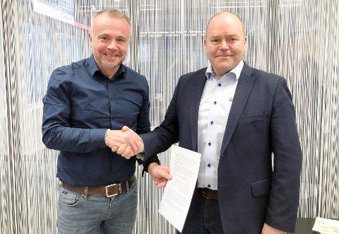 Ordfører i Kristiansund, Kjell Neergaard (til venstre) og administrerende direktør Asle Rønning i Måsøval, har signert en samarbeidsavtale om å etablere et stort visningssenter for oppdrettsindustrien i det planlagte campusbygget i Kristiansund. Nå skal det sendes søknad til Fiskeridirektoratet. Blir den godkjent vil Måsøval investere flere titalls millioner i anlegget i Kristiansund sentrum.