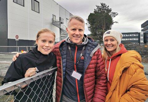 Julie Blakstad har hatt stor suksess denne sesongen. Det med familie og støttespillerne Even Blakstad og Hanne Naastad på tribunen.