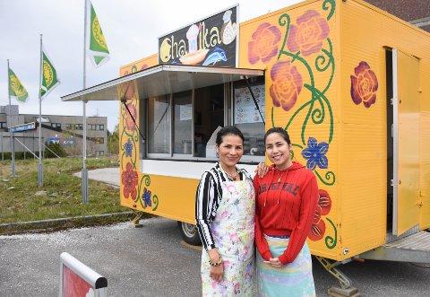 Chanika Brandstad - her med datteren og medhjelperen Alene - må pakke sammen matvogna og trille videre.