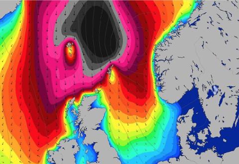 Dønningene ute i Nordsjøen skaper store bølger langs kysten på Nordmøre. På det meste, kan snitthøyden komme opp i 11 meter, ifølge meteorologen.