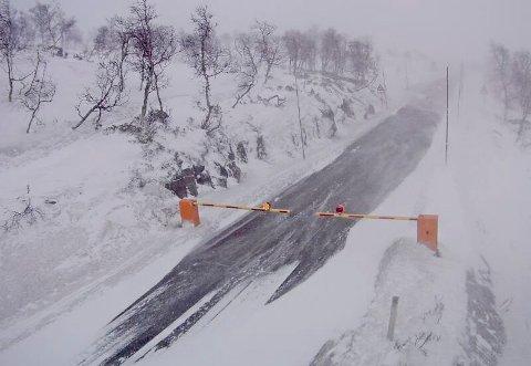 Bommen ved Leiro er er nede, rv 7 over Hardangervidda er en av flere fjelloverganger som er stengt på grunn av uvær.