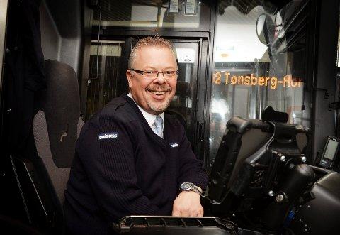 FORKLARER: Bussjåfør Ørnulf Tyberg forteller at det ikke er arroganse men behov for en pause som gjør at noen sjåfører ikke vil slippe folk inn før de må.