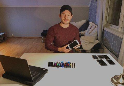 VERKTØY: Her er Ola Tobias Engø Bjønnes med ulike mobiltelefoner og verktøy.