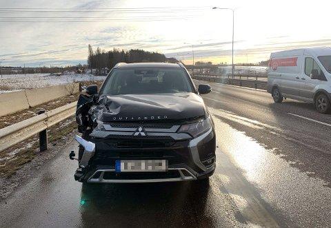 STORE SKADER: Personbilen fikk store skader i siden.