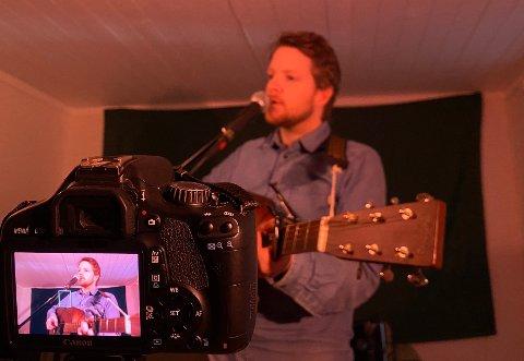 HJEMMEKONSERT: Torsdag kveld drar Kåre Aam Indrehus i gang en streama hjemmekonsert via facebook.