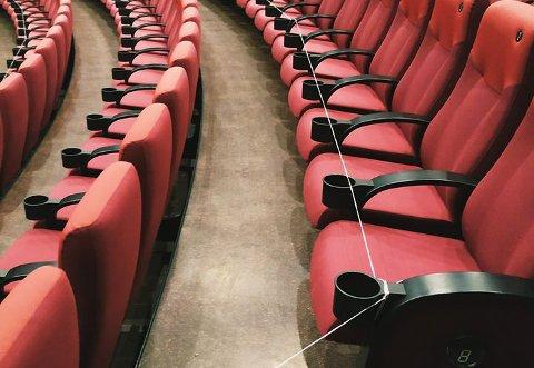 HOLD AVSTAND: Annenhver rad på Kilden kino blir sperret av.
