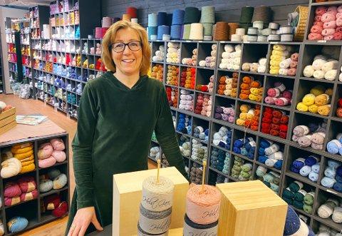 HELT DILLA: Anette Braathen Sørensen (53) har drevet hobbybutikk i 15 år, mens hjemme brukes hvert ledige minutt til hobby.