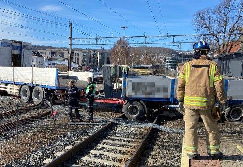 PÅ SKINNENE: Lastebilen har havnet ute i jernbanesporet.