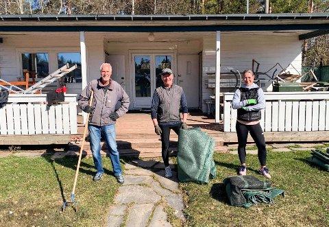 FOR ALLE: Dugnadsansvarlig Pål Thalmann (t.v.), Arne Olav Børseth og Johanna Lehner (tennistrener) tok i et tak for å gjøre tennisbanene spilleklare.
