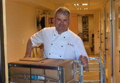 FAST JOBB: Geir Håkensen gleder seg over sin nye jobb på Steffensrud. Her er han i gang med å trille inn dagens varelevering.