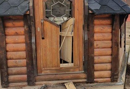 HERPET: Fra skadene på døra i grillhytta på uteområdet til Steinrøysa barnehage.