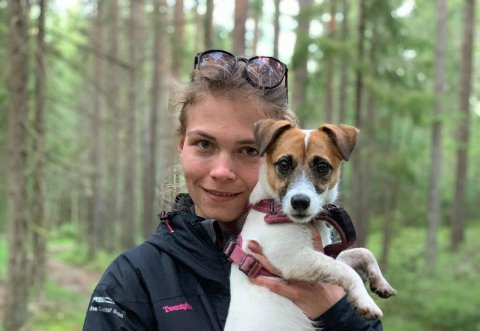 TAR TID: Karoline Hildeng Halvorsen (26) fra Son sier hun har brukt omtrent ett år på å finne ut at det er akkurat puddel hun ønsker seg og hun har blant annet lånt andre raser.