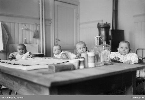 SMÅ: Tøyenkirkens barnekrybbe cirka 1930. Til å begynne med var det kun et tilbud om barneasyl for større barn, men etter hvert åpnet barnekrybber for små barn også. Foto: Esther Langberg / Oslo Museum  FOTO: Esther Langberg / Oslo Museum