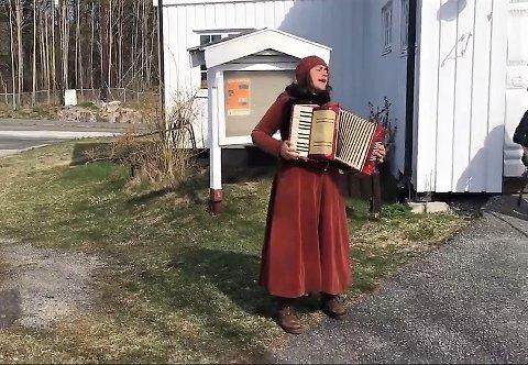 Karin Destainville Dammen tok med trekkspillet utenfor Ekelund seniorsenter og serverte både gode, gamle viser og sanger av Edith Piaf.