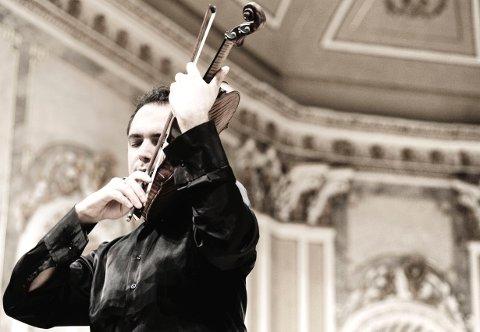 Jesus Reina er en av festivalmusikerne som spiller under Vinterfestspill i Bergstaden 2020.