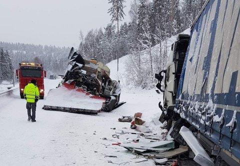 HELT KNUST: Slik så brøytebilen ut etter den alvorlige ulykken på riksveg 3 i Messeltsvingene lørdag 2. februar 2019. Nå skal den beryktede vegstrekningen i Stor-Elvdal utbedres..