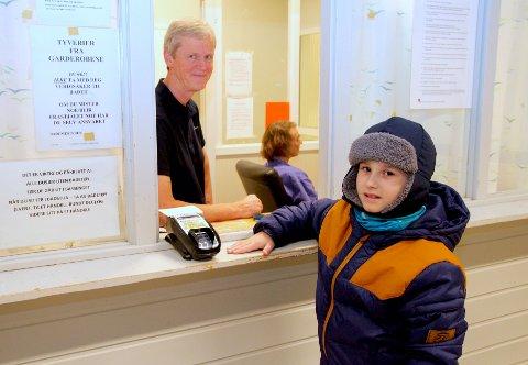 Gjester fra flere kommuner: Bademester Per Olav Bekkevold tar imot nøkler fra Jan Victor Langli (10), som snart får nytt badeland i sin hjemkommune Frogn.