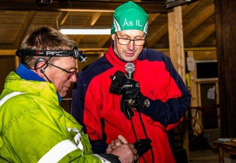 Ordfører Ola Nordal (t.h.) befalte å bli lys, før han trykket på knappen som var den offisielle åpningen av LED-lysløype-prosjektet.