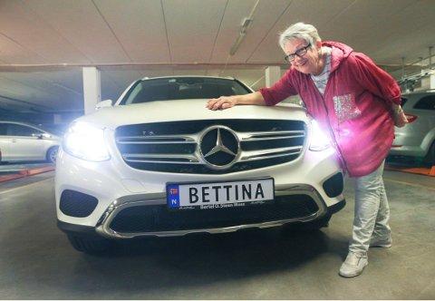 BETTINA: May Lill Larsen synes skiltet pynter opp bilen. Hun forteller at man skiller seg godt ut på veien.