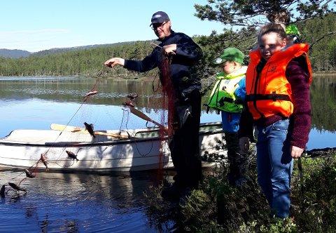 Garnfisketuren var i Ljådalslona 31. mai til 1. juni i år. Bildene viser familiene Lille Østerholt fra Sundebru og Gamst fra  Byholt. Og jadda, det ble fangst!