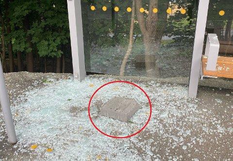 BRUKT HELLER: Personene bak skadeverket har etter all sannsynlighet brukt denne steinhellen til å knuse ruta.