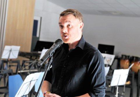Etter å ha jobba som komikar i tolv år er dette det kjekkaste eg har gjort - snakka med mine sambygdingar, sa stand-up-komikar Vidar Hodnekvam, som er fødd og oppvaksen i Knarvik.