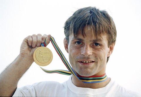 En lykkelig Jon Rønningen viser fram gullmedaljen fra OL i Barcelona i 1992. Under NM i bryting i Bodø er det Rønningen som skal være premieutdeler til NM-medaljørene.  Foto: Mike Hewitt / NTB scanpix