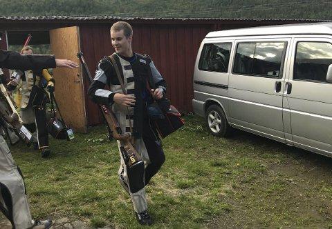 Grattis: Simon Sørgård ble samlagsmester i skyting med suverene 348 poeng. Her forsøker noen av konkurrentene å rekke ut med gratulasjoner etter endt anvisning på standplass. Begge foto: Thomas Sørfjord
