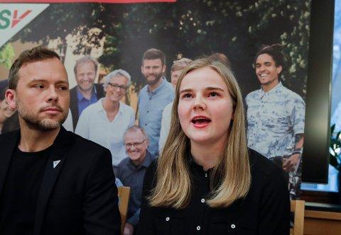 SVs leder Audun Lysbakken og Solveig Skaugvoll Foss, som er SVs fungerende finanspolitisk talsperson under presentasjonen av SVs alternative budsjett.  Foto: Vidar Ruud (NTB scanpix)