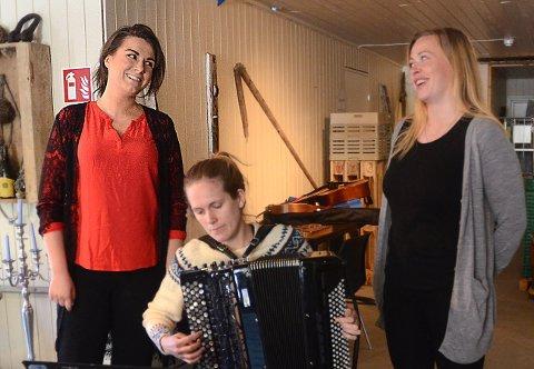 Sigrid Vetlesen Bøe er en av tre som får være kandidat til den gjeve Dronning Sonjas pris til unge sangere. Denne helga er hun medlem av Bryggeopera-familien Nohr på Kjerringøy. Til høyre den nære venninnen Maria Nohr og i modten akkordeonist Ida Løvli Hidle.