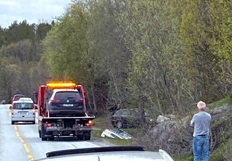 UTFOR: En av bilene ligger i grøfta langs veien.