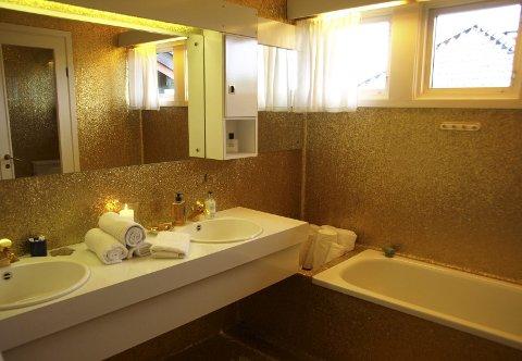 Gullbadet: Slik ser det ene badet i Arne Bendiksens gamle villa ut. Eiendommen på over et halvt mål inneholder huset med 39 rom, og kan skilte med blant annet baderom med gull i vegger og på gulv, bod med potetbinge, sikringsskap med 140 sikringer, fem peiser og et panikkrom.foto: privat