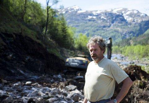 Hans Magne Haukeland er en av de største melkebøndene i Masfjorden, og mener de nye gebyrene Tine har innført for småbestillinger fra butikkene, er på sin plass.