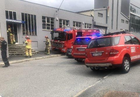 — Vi tok oss inn gjennom forsiden av bygget og sjekket at ingen personer oppholdt seg inne. Der var ingen personer, men mye røyk, sier innsatsleder Jan Magnus Birkeland.
