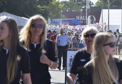 Både sivilt og uniformert politi patruljerer på Dana Cup-området.