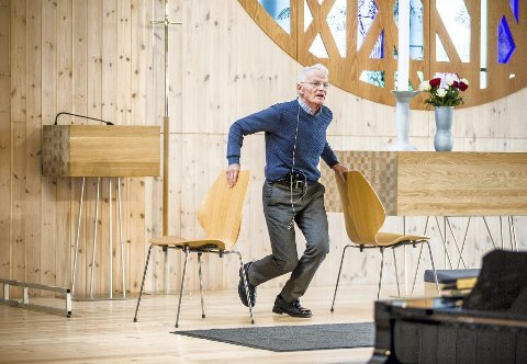 Knarvikmila-general Helge  demonstrerer enkel styrke- og balansetrening alle kan drive med i sin egen stue.