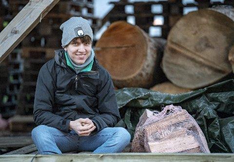 Torstein Elster Moen (22) er blant brukerne som ble frastjålet all fyringsveden i løpet av julen. Nå har de fått hjelp fra Kvamme gård i Ytre Arna.